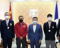 Олон улсын химийн олимпиадад медаль хүртсэн сурагчдад шагналыг нь гардууллаа